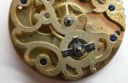 Die-ehrwuerdige-Schoenheit-eines-alten-Taschenuhrwerkes-010